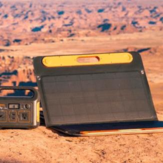 Jackery Explorer 250 připojený na Jackery SolarSaga 100W v létě