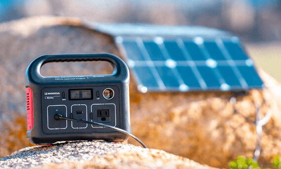 Jackery SolarSaga 100W jednoduše zapojená do Jackery Explorer 250